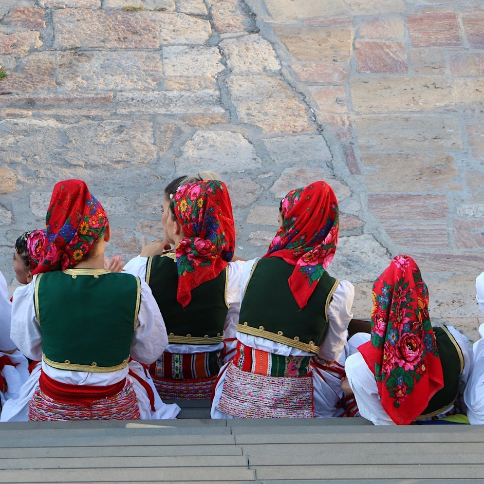 Macedonian girls in traditional outfits